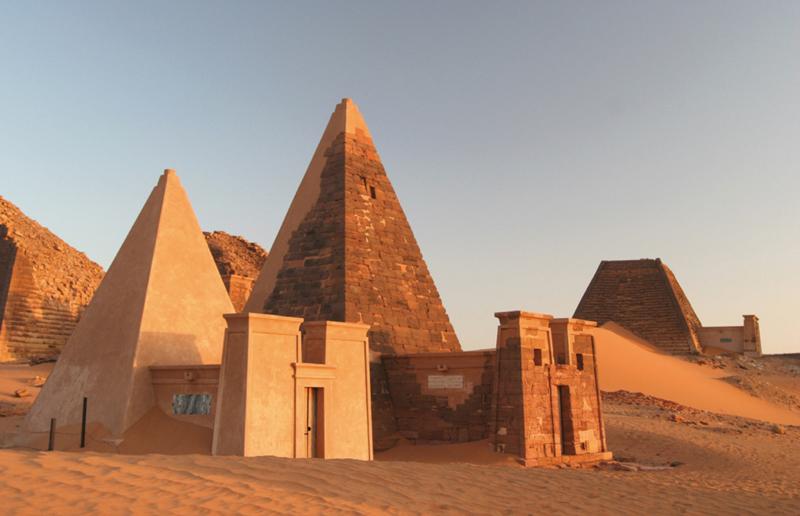Nubische Pyramiden bei Meroe, der neuen Hauptstadt des kuschitischen Reiches (c) rotel