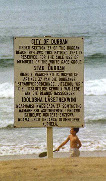 Schild am Strand von Durban zur Rassentrennung (c) Guinnog