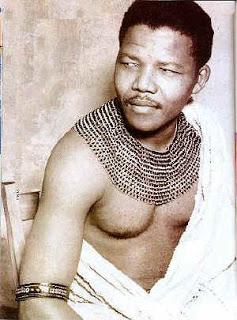 Nelson Mandela in der Tracht der Xhosa (c) ABLBE