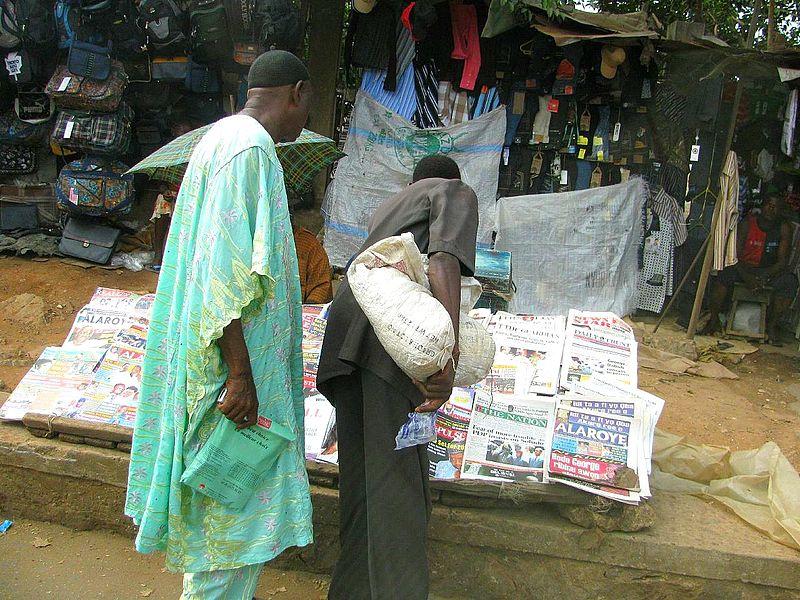Zeitungsverkäufer in Nigeria (c) Luigi Guarino