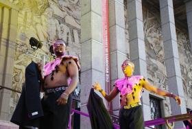 Tänzer bei der Einweihung des Robyn-Orlin-City Theaters in Paris