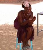 Mädchen mit Handy in Nairobi