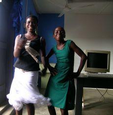 Tanzende Mädchen in einer Schule in Ghana