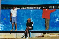 Jugendliche vor einem afrikanischen Pub